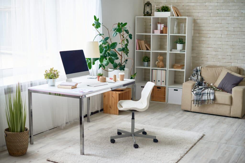 escritorio cerca de ventana
