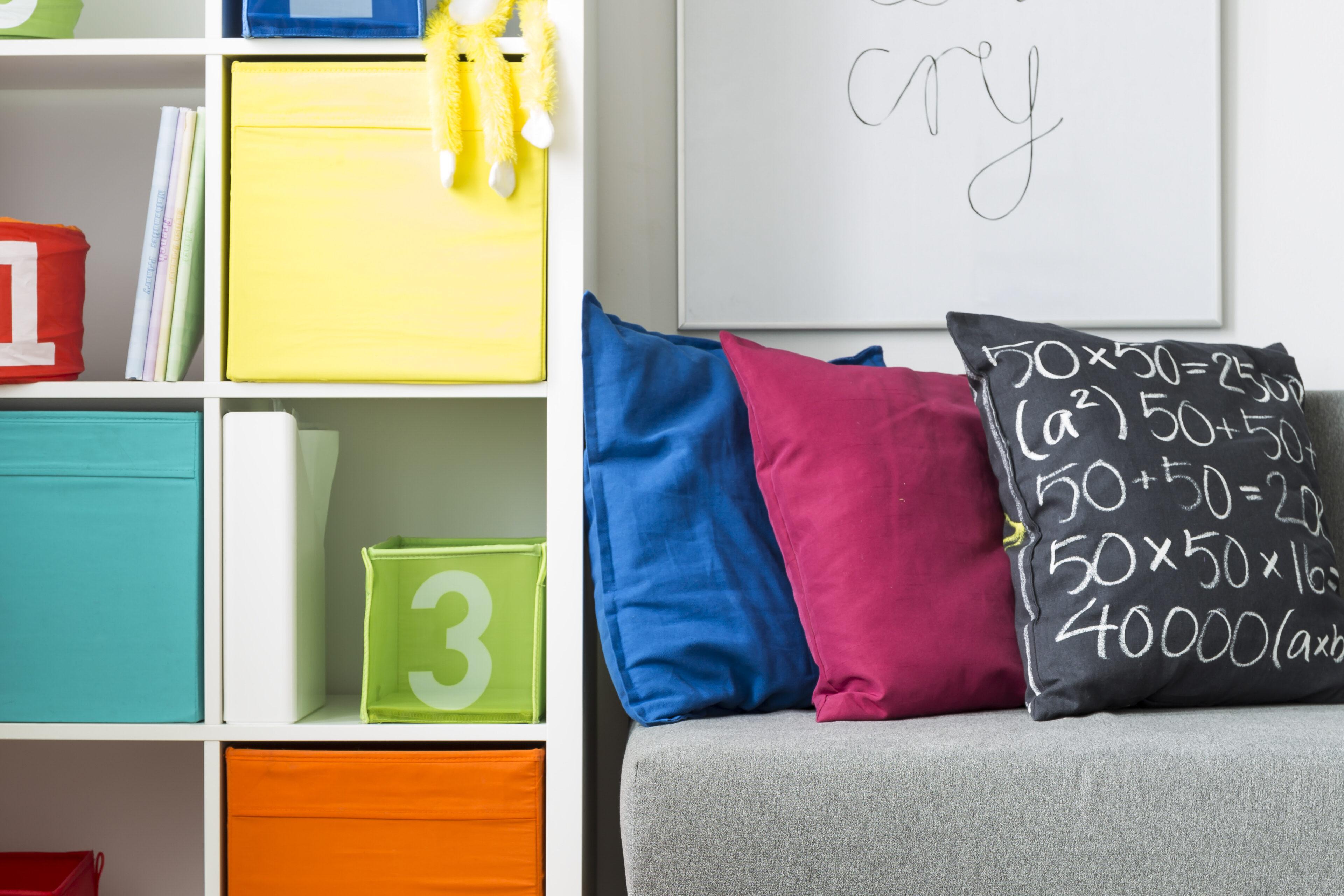 La mejor distribución para dormitorios juveniles con estanterías